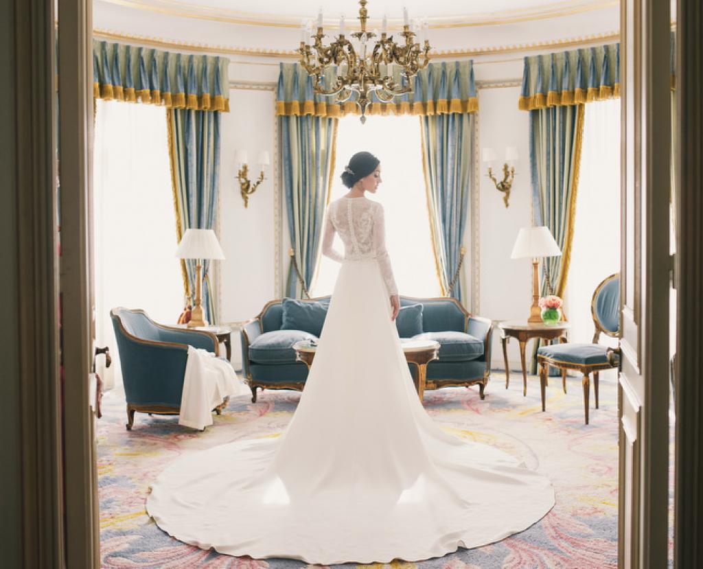 Boda urbana y elegante en el hotel Ritz de Madrid by Tu Día Perfecto Wedding Planner. Vestido de Navascués con cuerpo de encaje y cinturón rosa palo