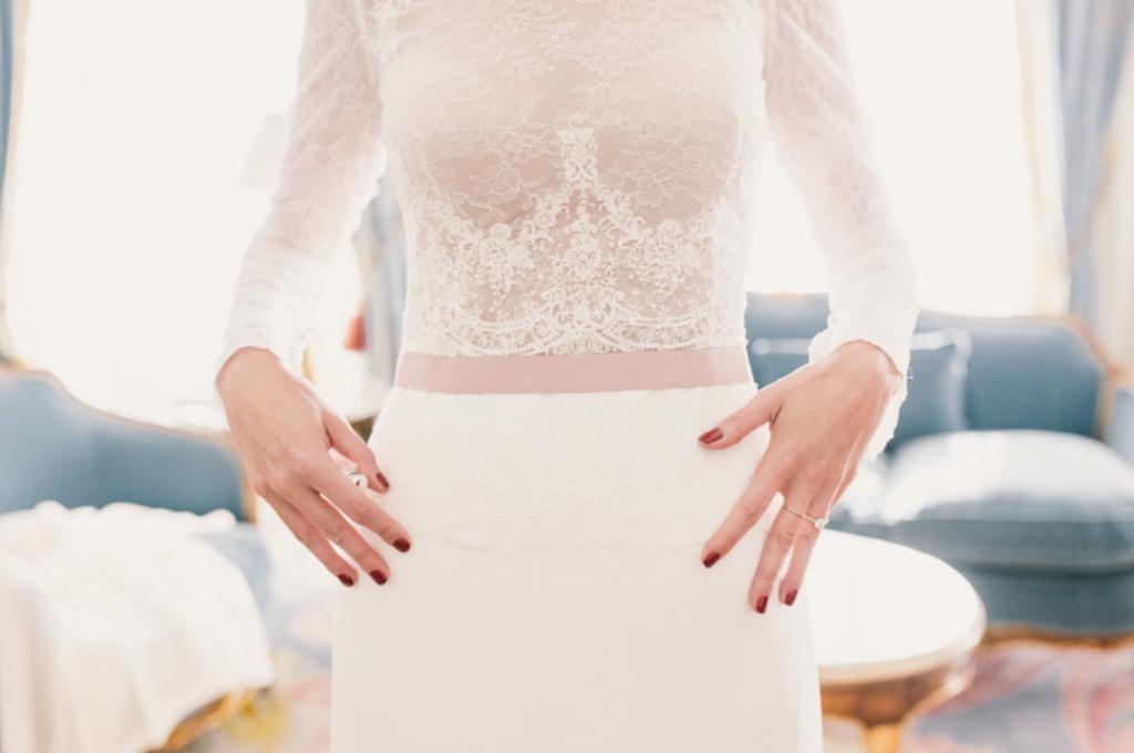 Boda urbana y elegante en el hotel Ritz de Madrid by Tu Día Perfecto Wedding Planner. Vestido de Navascués con cuerpo de encaje y cinturón rosa palo. Zapatos Gianvitto Rossi