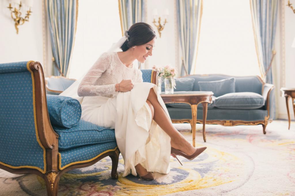 La boda elegante de elena y Marcus: boda en el hotel Ritz de Madrid, bodas elegantes, bodas urbanas. Vestido de novia de encaje de Navascués con fajín de seda rosa palo, zapatos de Gianvitto Rossi