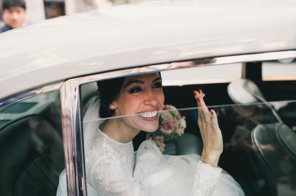 Boda urbana y elegante en el hotel Ritz de Madrid by Tu Día Perfecto Wedding Planner. Vestido de Navascués con cuerpo de encaje y cinturón rosa palo. Coche de novios Bentley clasico