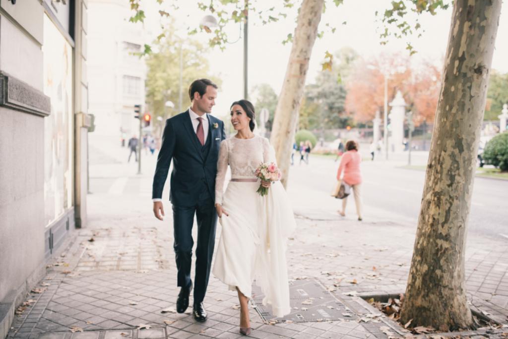 Boda urbana y elegante en el hotel Ritz de Madrid by Tu Día Perfecto Wedding Planner. Vestido de Navascués con cuerpo de encaje y cinturón rosa palo. Zapatos Gianvitto Rossi. Traje de Hugo Boss