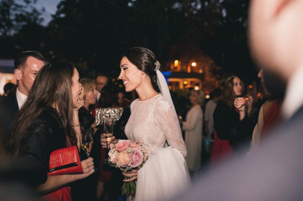 Boda urbana y elegante en el hotel Ritz de Madrid by Tu Día Perfecto Wedding Planner. Vestido de Navascués con cuerpo de encaje y cinturón rosa palo. Zapatos Gianvitto Rossi. Traje de Hugo Boss.
