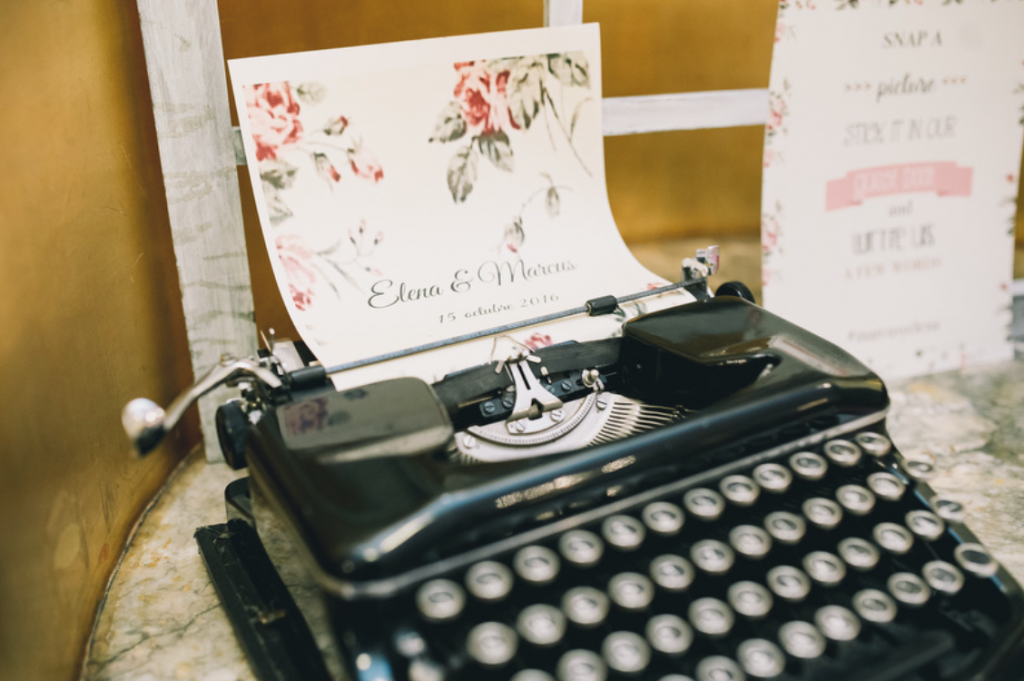 Boda urbana y elegante en el hotel Ritz de Madrid by Tu Día Perfecto Wedding Planner. Mesa de firmas, máquina de escribir antigua