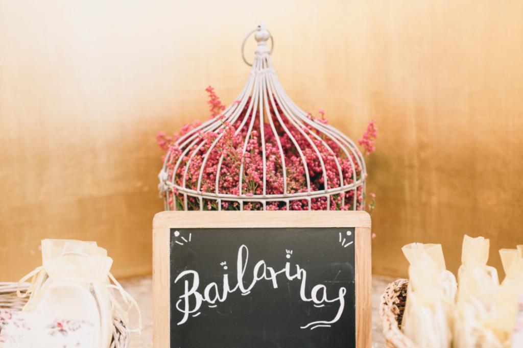 Boda urbana y elegante en el hotel Ritz de Madrid by Tu Día Perfecto Wedding Planner. Detalles invitadas, bailarinas plegables, cartel lettering