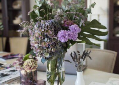 Decoración flores con invitaciones boda