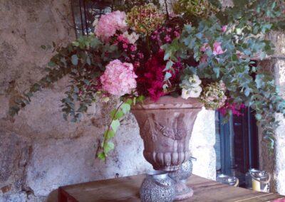 Detalle boda flores en gran jarrón